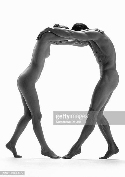 nude man and woman with arms on each others' shoulder, b&w - naakte man en profiel stockfoto's en -beelden