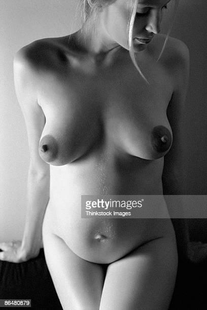 nude pregnant woman - weibliche brust schwanger stock-fotos und bilder