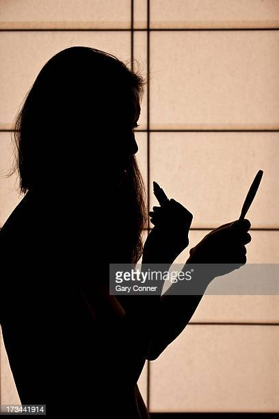 Nude silhouette applies make-up
