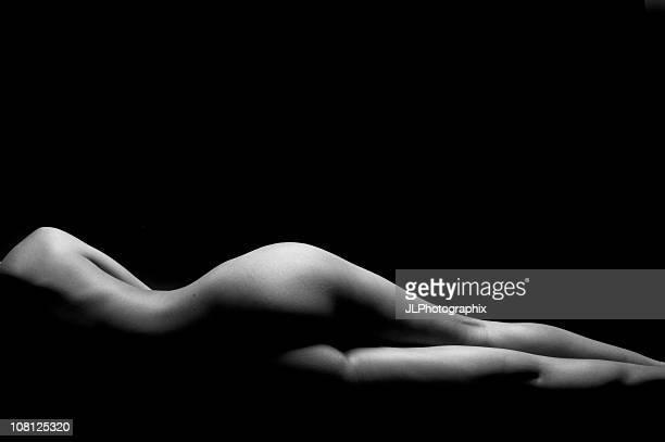 nudo di donna sdraiato su un lato, bianco e nero - donna nuda sdraiata foto e immagini stock