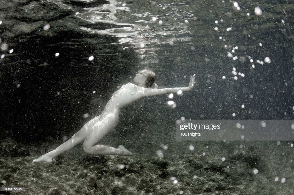 black-and-white-pictures-of-naked-women-swimming