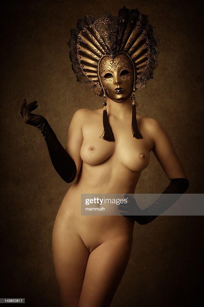 ヌードの女性が着ているゴールドのベネチアのマスク : ストックフォト