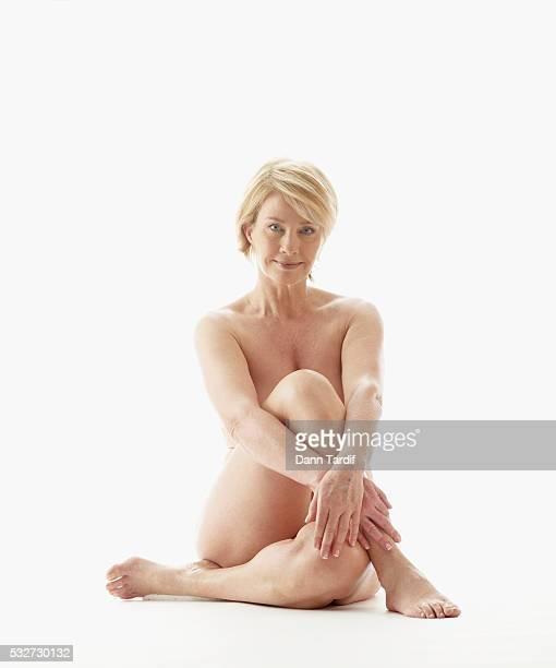 nude woman with arms crossed - medelålders kvinnor naken bildbanksfoton och bilder