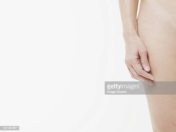 Nue femme avec la main dans la main, gros plan