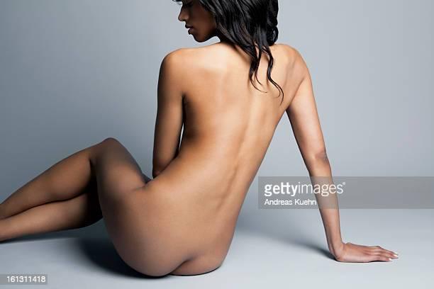 nude young woman facing her back to camera. - donna schiena nuda foto e immagini stock