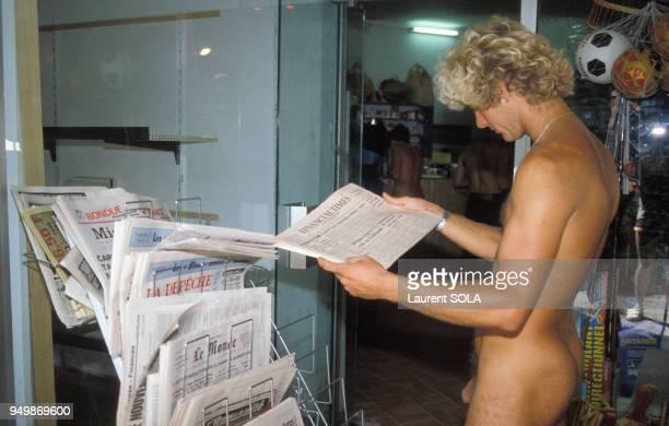Nudiste lisant le journal en juin 1982 au Cap d'Agde France