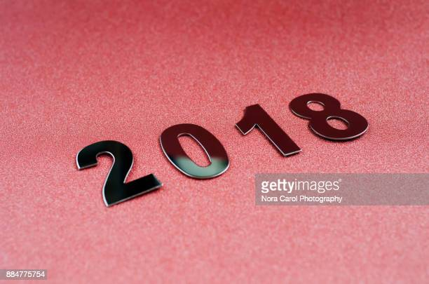 number 2018 on red glitter background - 2018 - fotografias e filmes do acervo