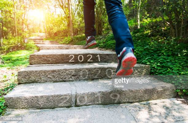 number of 2019 to 2021 on stones footpath - determinação imagens e fotografias de stock