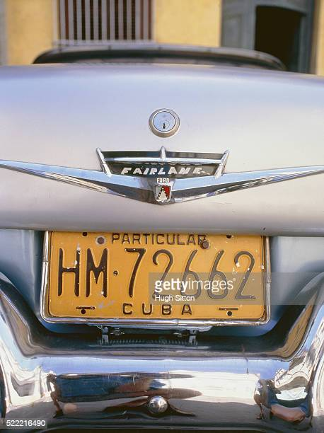 number plate of an old-timer in cuba - hugh sitton stock pictures, royalty-free photos & images