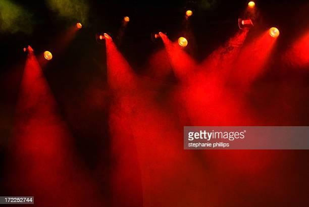 inúmeros palco vermelho com nevoeiro e luzes de fundo escuro - exhibition - fotografias e filmes do acervo