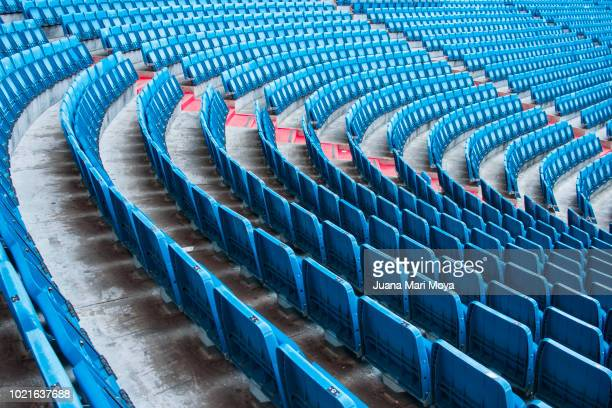 numerous seats on the football field form a photographic composition in a curve. - stade photos et images de collection