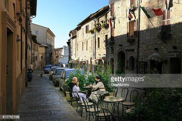 nun and monk eating outside, assisi, umbria, italy. - drapeau italien photos et images de collection