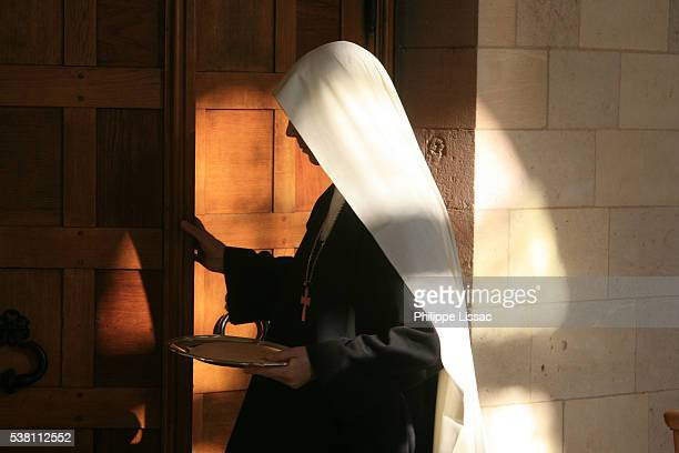 nun entering mass - 聖職服 ストックフォトと画像