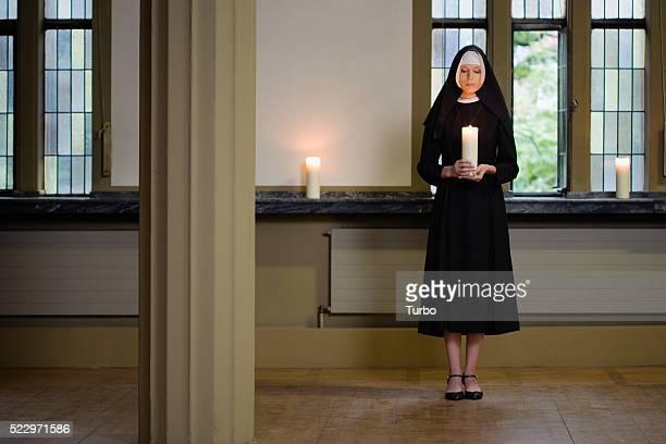 nun holding candle - 聖職服 ストックフォトと画像