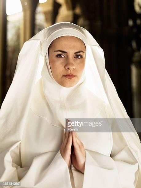 freira em oração - freira - fotografias e filmes do acervo