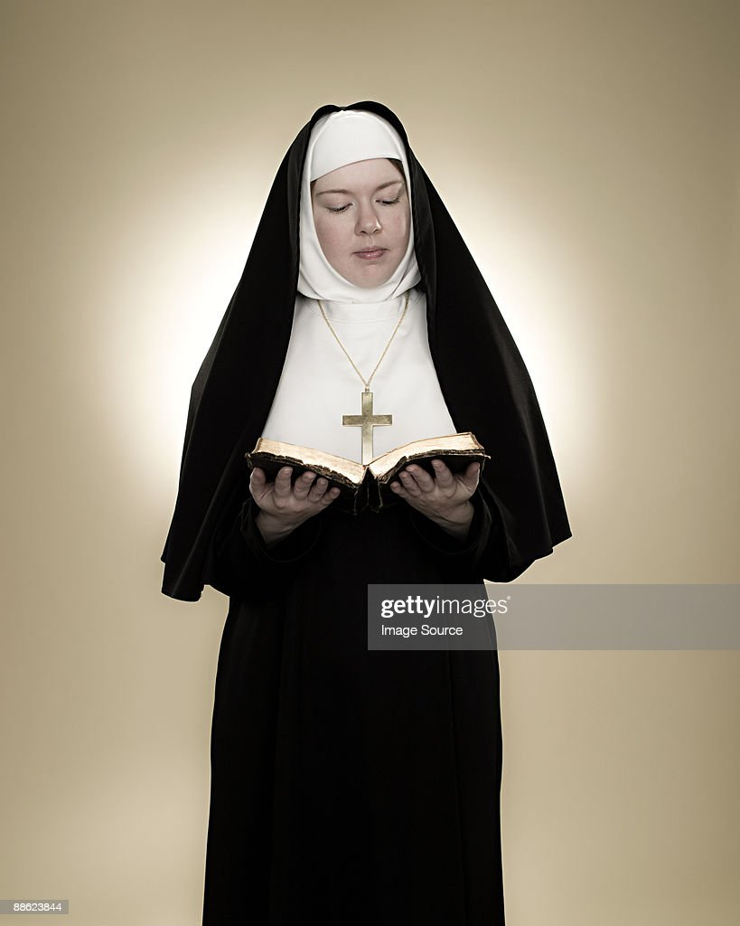 A nun reading a bible : Foto de stock