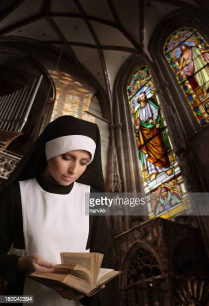 Nonne lesen Bibel in der Kirche