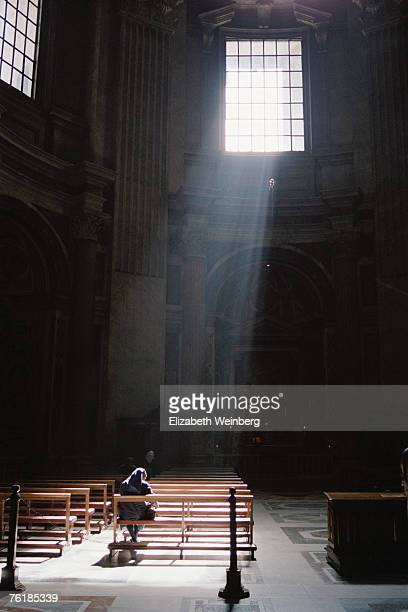 a nun sitting in a church praying - bonne soeur photos et images de collection