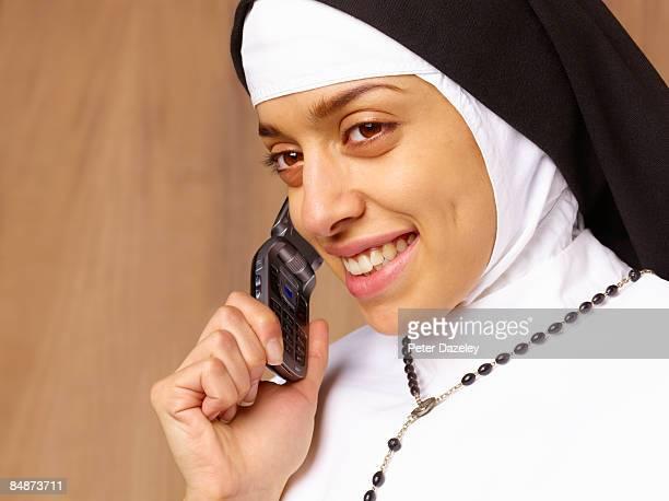 nun talking on mobile phone. - 聖職服 ストックフォトと画像