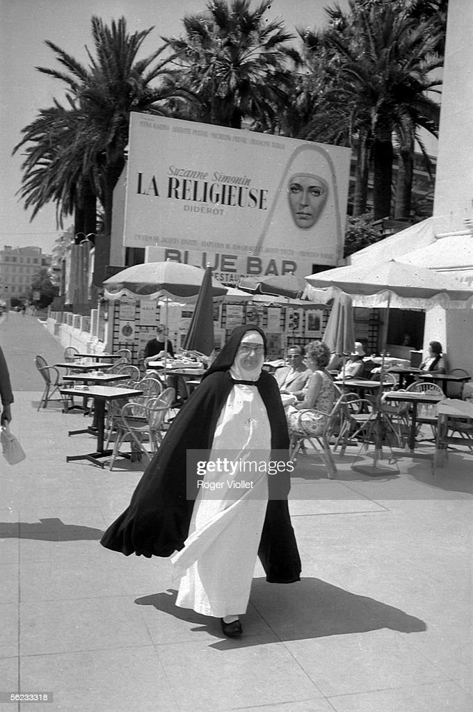 A nun under the look of Anna Karina, top top of th : News Photo