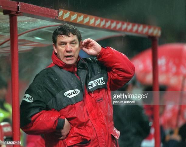 Nun wird es doch noch knapp Otto Rehhagel kratzt sich hinter dem Ohr ein Zeichen von Verlegenheit Der Trainer des 1 FC Kaiserslautern erlebt am...