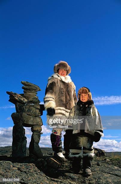 nunavut mother and son - inuit stock-fotos und bilder
