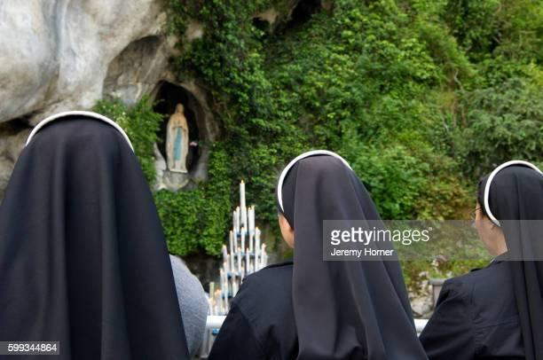 nuns praying in lourdes - 聖職服 ストックフォトと画像