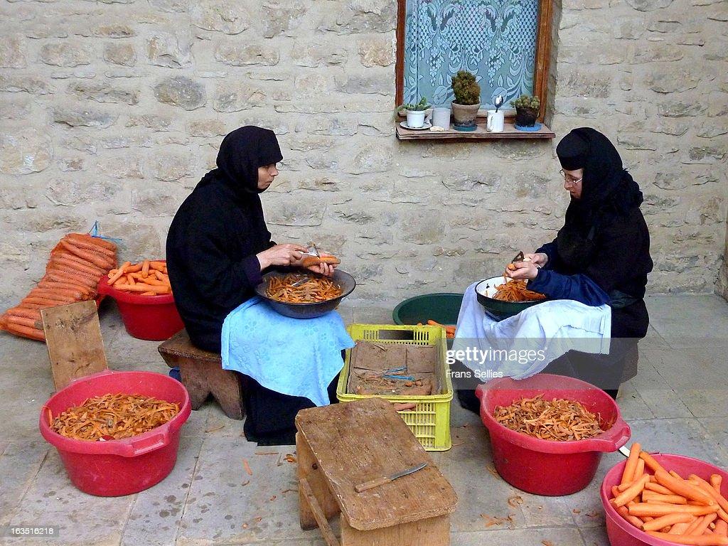 Nuns preparing dinner at a monastery : Nieuwsfoto's
