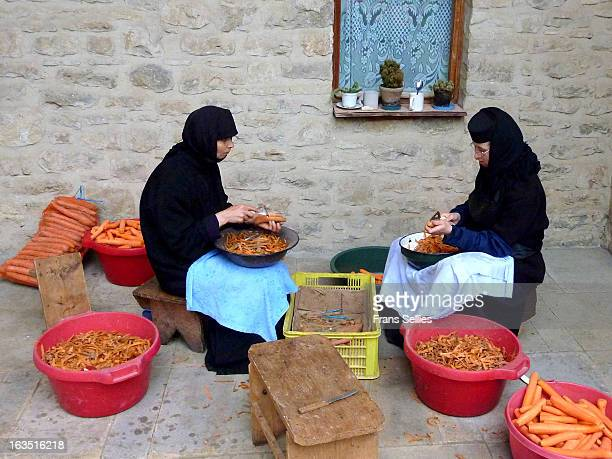 CONTENT] Nuns preparing dinner at a monastery