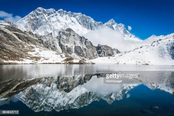 Nuptse 7861m Himalaya Berggipfel im abgelegenen See Nepal