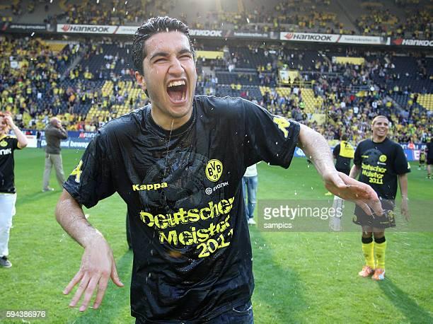 Nuri Sahin freut sich trotz Verletzung nach einer Bierdusche uber die Meisterschaft Fussball Bundesliga Deutscher Fussball Meister 2010 / 2011...