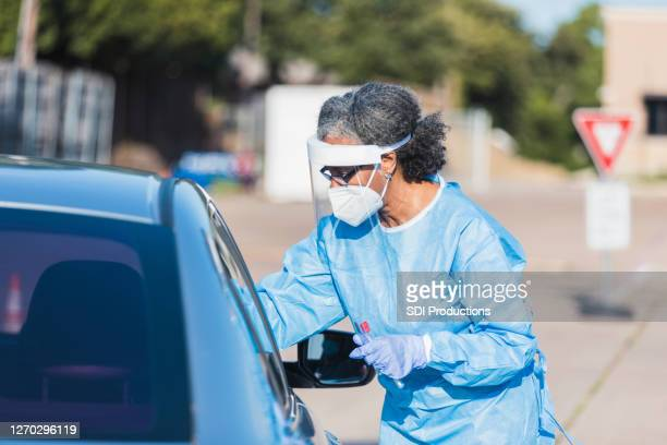 看護師は、モバイル検査サイトでcovidテストを管理します - ドライブスルー検査 ストックフォトと画像