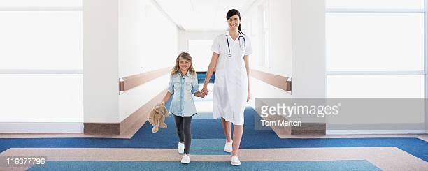 Enfermeira e paciente no hospital corredor Menina