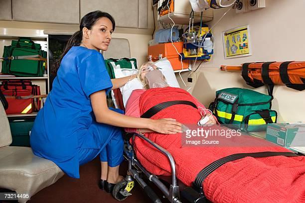Enfermera y paciente en ambulancia