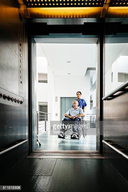 Krankenschwester und Senior Mann im Rollstuhl