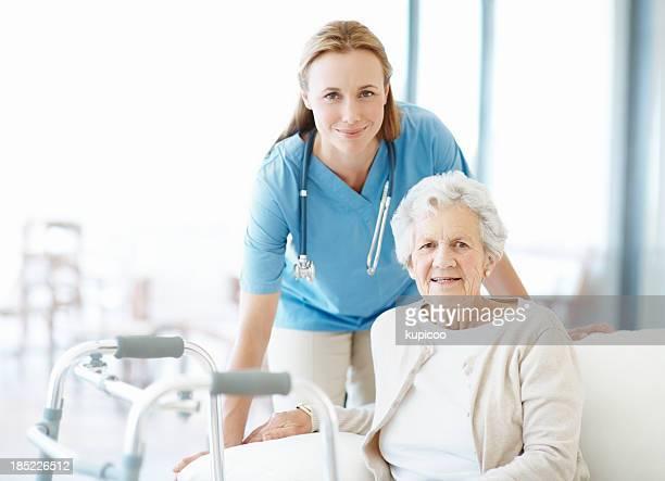 Krankenschwester und senior patient mit walker