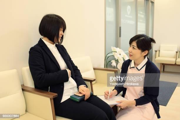 nurse ask at first visit - 検査業務 開始の地 ストックフォトと画像