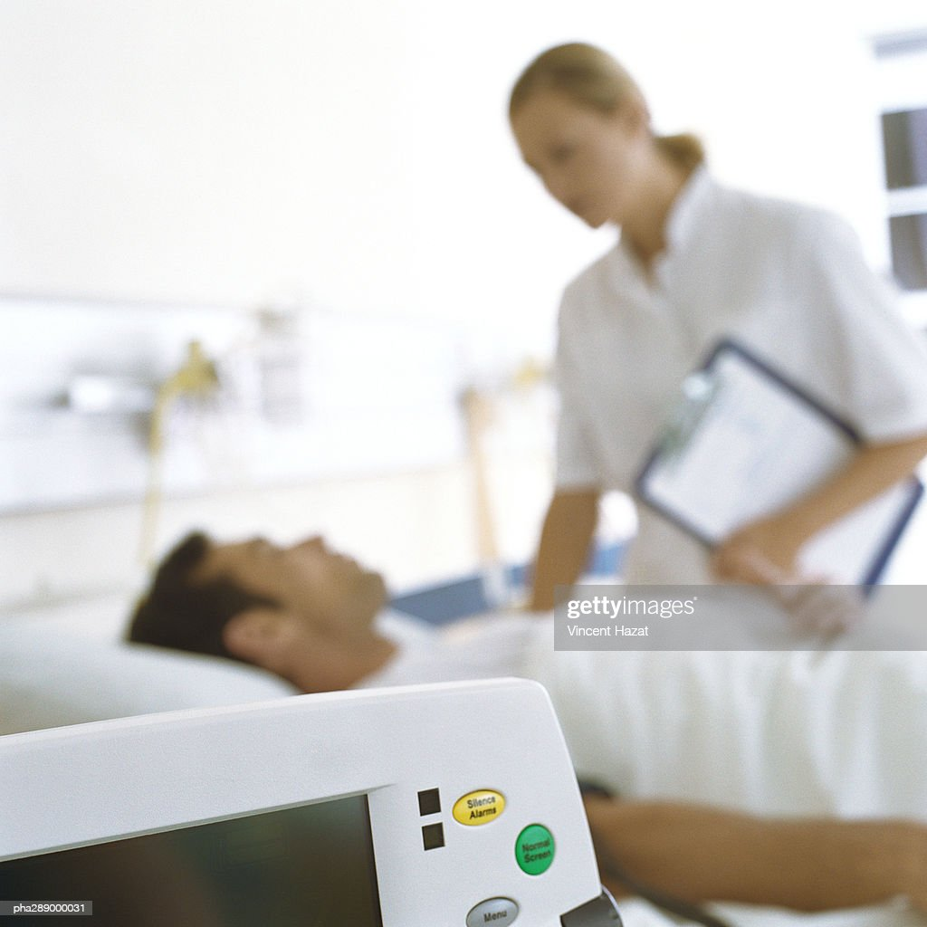 Nurse checking on patient : Stockfoto