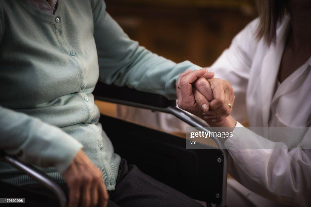 Enfermeira durante a visita a casa com Uma Mulher Idosa : Foto de stock