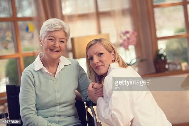 Infirmière à domicile visite avec femme senior