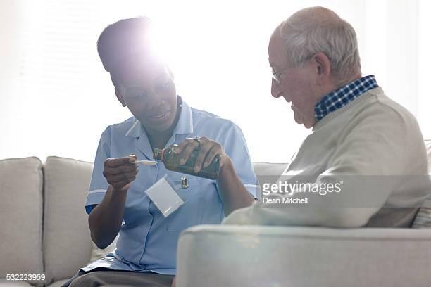 Infirmière donnant sirop de personnes âgées patient malade