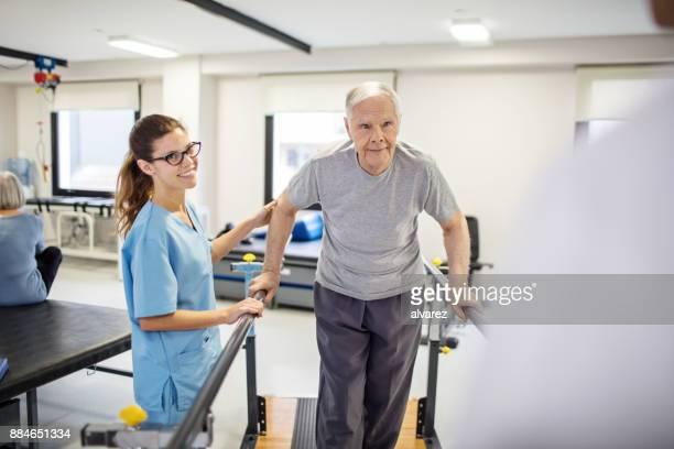 Infirmier patient directeur de marcher sur la pente en cure de désintoxication