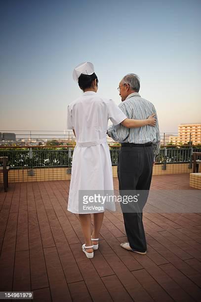 Enfermera ayudando a Senior ciudadano