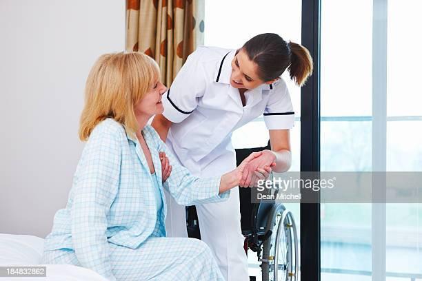 """une infirmière aide femme âgée """" - chambre hopital photos et images de collection"""