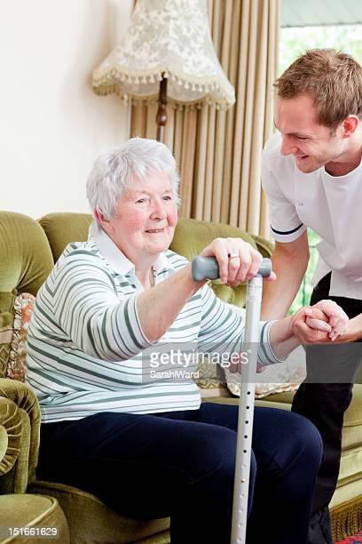 Infirmière aide Femme âgée à ses pieds de soin chez vous