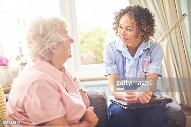 Krankenschwester Besuch bei einer Familie