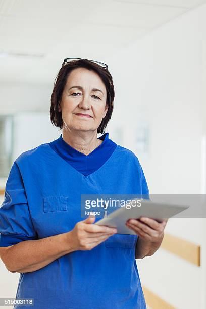Krankenschwester mit Tablet PC im Krankenhaus