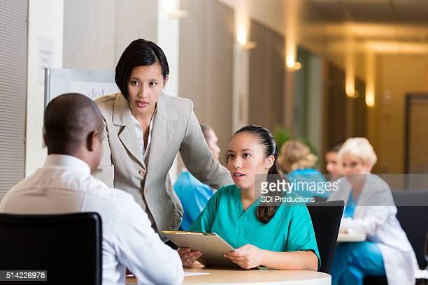Krankenschwester im Krankenhaus interrviews Stelle Fair
