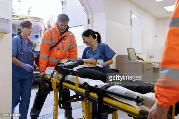 看護師は緊急治療室に到着すると、自動車事故の犠牲者を慰めています。 - 交通事故 ストックフォトと画像