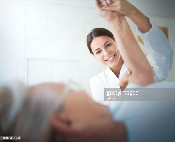 看護師の快適さを提供しています。 - ビネット ストックフォトと画像